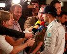 RTL-Moderator Kai Ebel im Germens Hemd Cubo Viol interviewt Lewis Hamilton, Foto Russel Batchelor, 2015