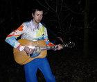 Künstler und Musiker Peter Piek in seinem von ihm gestalteten Hemd