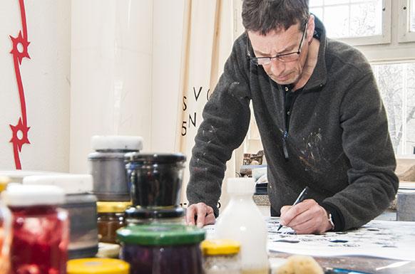 Steffen Volmer zeichnet in seinem Atelier ein GERMENSHEMD