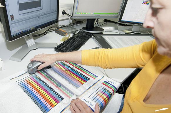 individuelle Farbkurven werden vor jedem Druck auf den GERMENS-Stoff ermittelt
