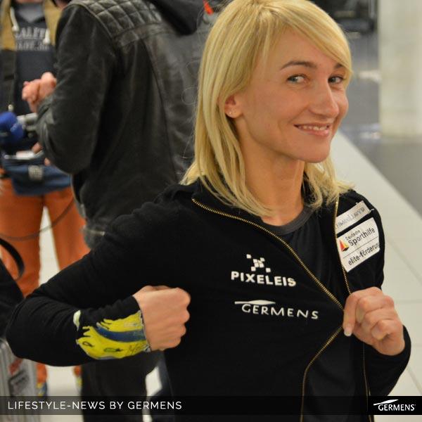 Aljona Savchenko, 5fache Eiskunstlaufweltmeisterin im Paarlauf gemeinsam mit Robin Szolkowy beim Empfang auf dem Dresdner Flughafen nach ihrem 5. WM-Titel in Japan.