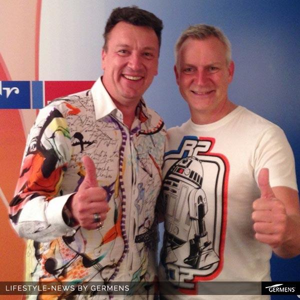 """GERMENS Mitarbeiter Kai Schmidt im Hemd Paradies trifft auf Dirk Michaelis während der mdr-Sendung """"riverboat""""."""