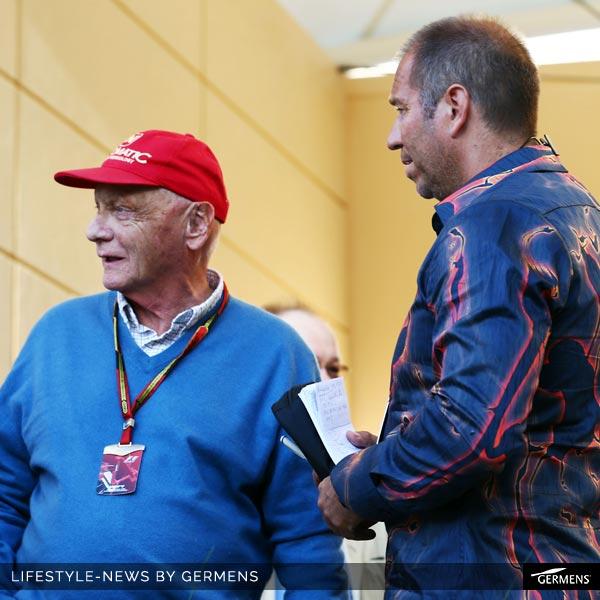 """Kai Ebel im GERMENS-Hemd """"Lava"""" moderiert gemeinsam mit Ex-Rennfahrer Niki Lauda die Formel 1 in Bahrain am 6. April 2014."""